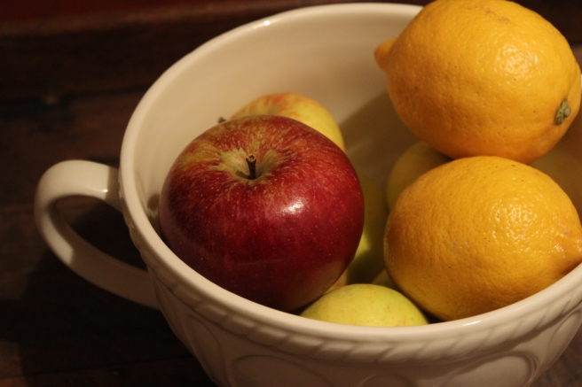 Bowl of apples and lemons